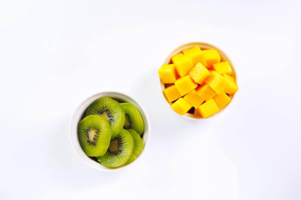 This 3 step Mango Kiwi Smoothie is fresh, delicious, and best of all, healthy. It's great for breakfast, as snack or dessert! | HostessAtHeart.com